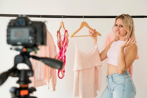 Influencer bionda che registra video di moda
