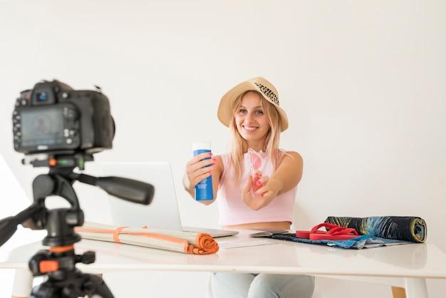 Influencer biondo che registra video di vacanze