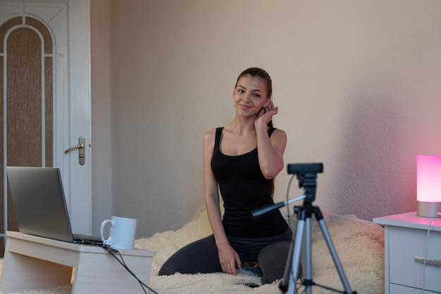 Influencer young girl blogger parla ai tuoi abbonati. la donna che registra video blog racconta di essere nei social network.