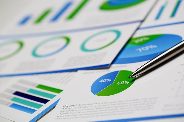 Infographics della penna a sfera dei documenti di statistiche finanziarie