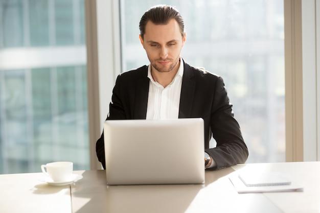Informazioni di navigazione dell'uomo d'affari in internet