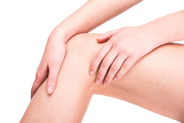 Infortunio al ginocchio. la donna sta tenendo sul ginocchio dolorante.
