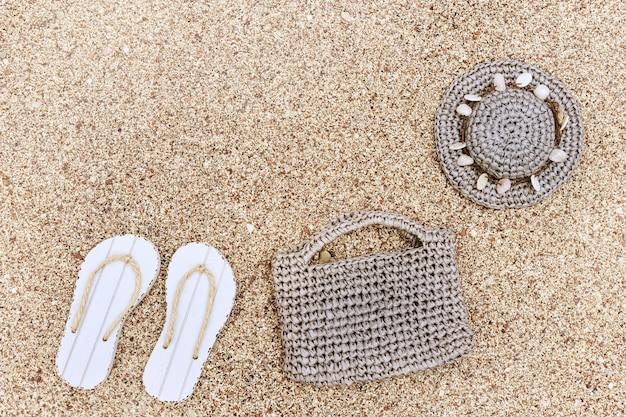 Infradito estivo con accessori da spiaggia, cappello, borsa. concetto di vacanza al mare.