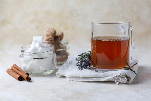 Infuso di tè e zucchero