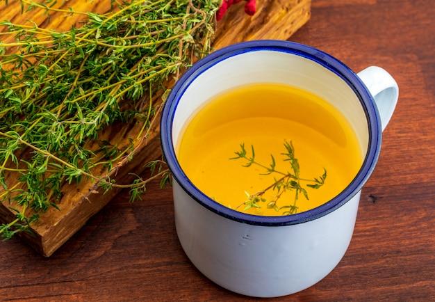 Infuso di timo. ingrediente della cucina mediterranea e rimedio casalingo curativo. guarigione con rimedi casalinghi.