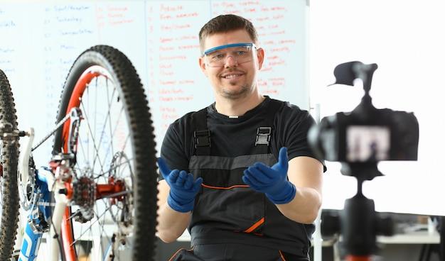 Ingegnere allegro che si prende cura della bicicletta della montagna