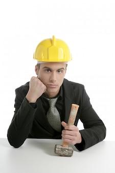 Ingegnere architetto infelice che ha perso il lavoro