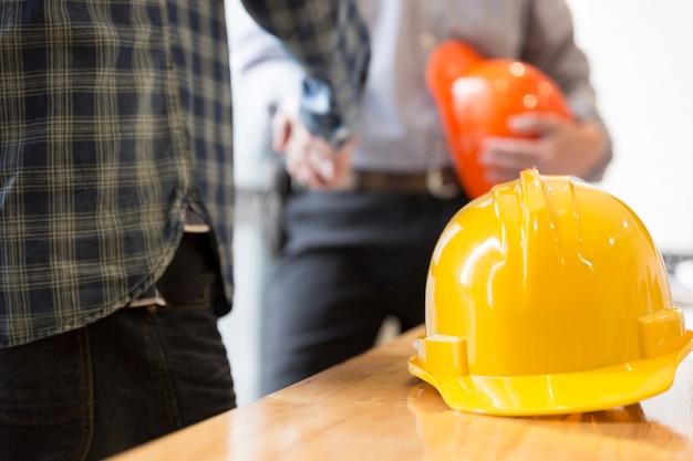 Ingegnere architetto si stringono la mano