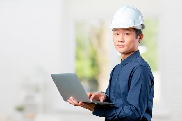 Ingegnere asiatico uomo con laptop
