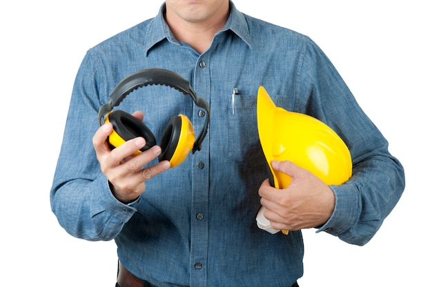 Ingegnere astuto il lavoratore indossa una maglietta blu e tiene in mano un elmetto giallo e un manicotto giallo