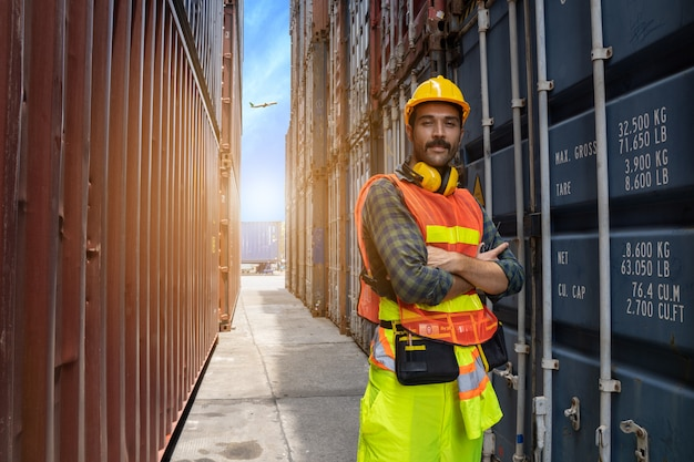 Ingegnere che controlla la qualità dei contenitori