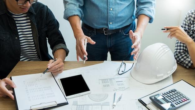 Ingegnere che discute riunione che lavora al progetto del progetto architettonico al cantiere.