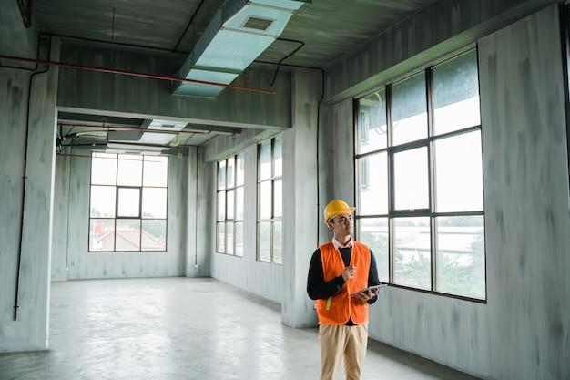 Ingegnere che fa ispezione sull'installazione del progetto