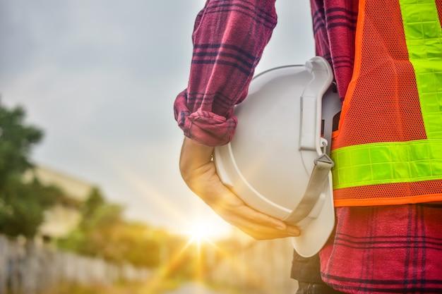 Ingegnere che tiene servizio del responsabile della persona della costruzione di industria del lavoro di sicurezza professionale del muratore del casco