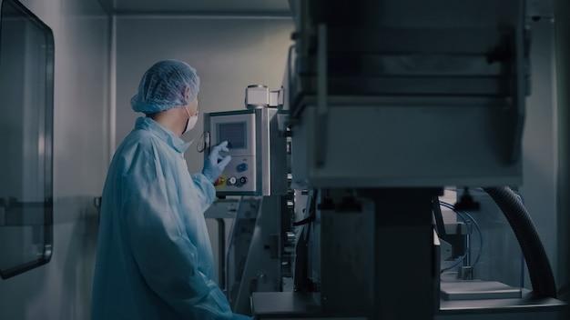 Ingegnere controllo produzione manifatturiera farmaceutica, operai farmaceutici che operano attrezzature farmaceutiche, industria farmaceutica, linea di produzione controllo di programmazione operaio.