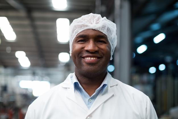 Ingegnere di fabbrica che sta nella fabbrica della bottiglia
