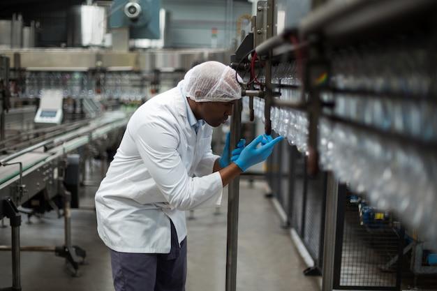 Ingegnere di fabbrica contando le bottiglie
