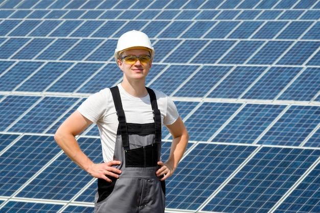 Ingegnere di pannelli solari in botte bianca