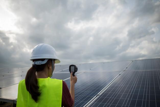 Ingegnere donna elettrica di controllo e manutenzione di celle solari.