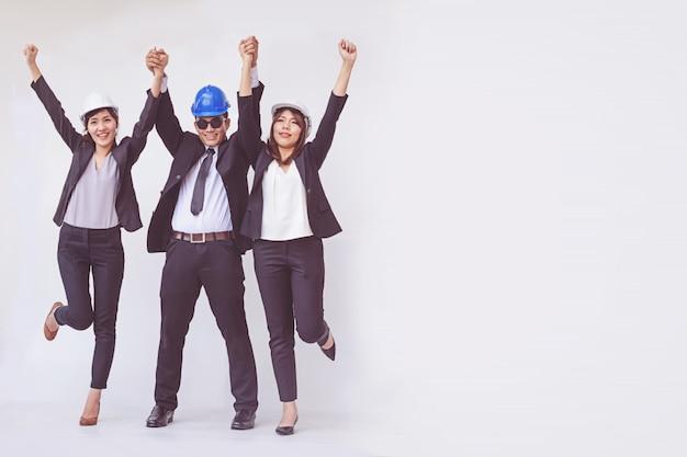 Ingegnere e architetto in piedi con le braccia aperte
