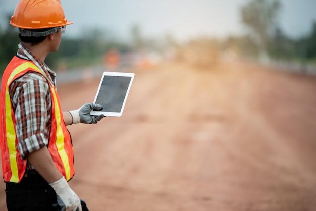 Ingegnere edile che supervisiona i lavori in cantiere