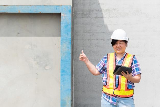 Ingegnere edile della donna al cantiere