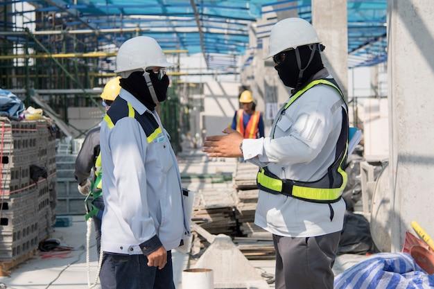 Ingegnere edile e addetto alla sicurezza controllano i progressi della costruzione