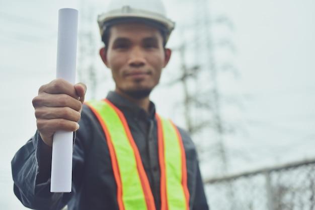 Ingegnere elettricista posta ad alta tensione o torre ad alta tensione