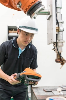 Ingegnere elettrico che lavora con una macchina robotica