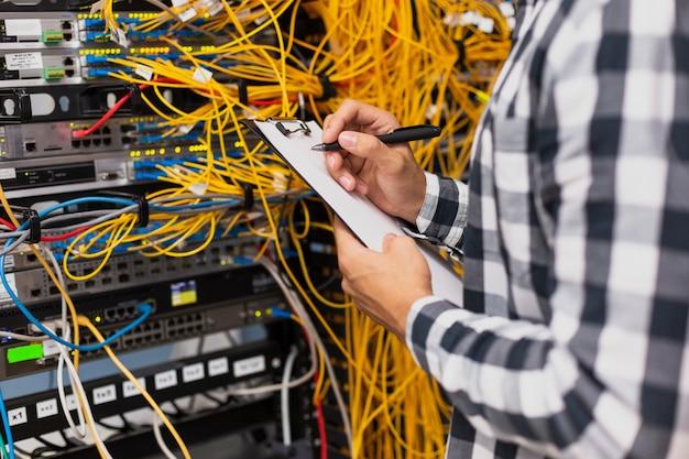 Ingegnere elettrico scrivendo negli appunti