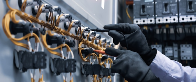 Ingegnere elettrico utilizzando strumenti di misurazione