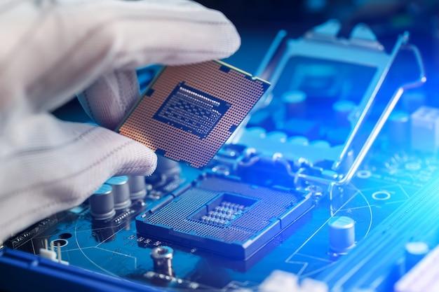 Ingegnere elettronico di tecnologia informatica.