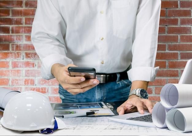 Ingegnere industriale per la progettazione del modello di costruzione della tecnologia di visualizzazione del piano del foglio