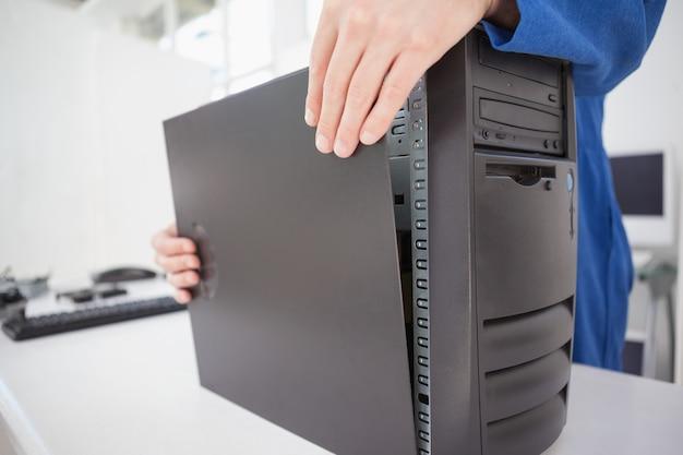 Ingegnere informatico che chiude la console fissa
