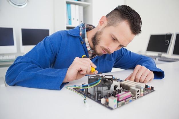 Ingegnere informatico che lavora al cpu con il cacciavite
