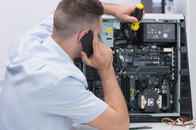 Ingegnere informatico che lavora al cpu mentre su chiamata