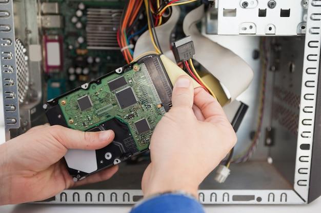Ingegnere informatico che lavora al cpu rotto