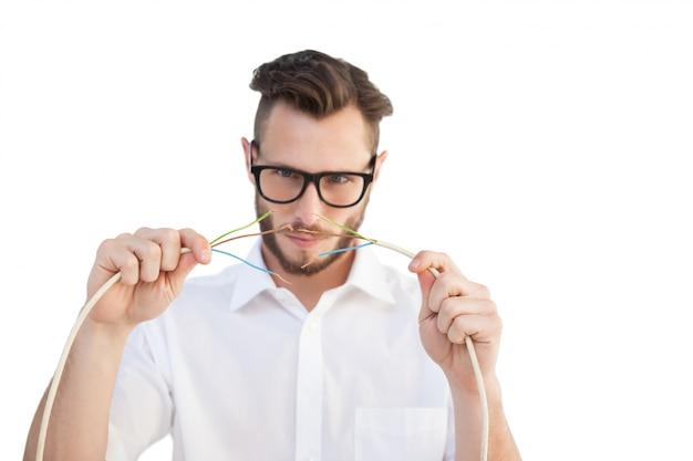 Ingegnere informatico che mette insieme i cavi
