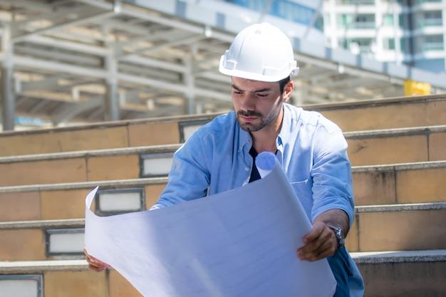 Ingegnere. ingegnere costruttore ingegnere all'aperto durante i lavori di rilievo