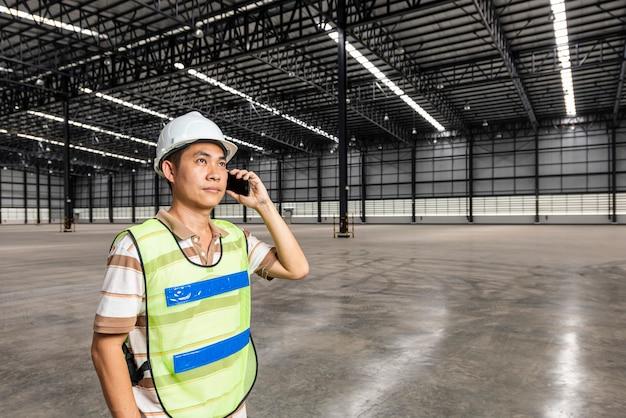 Ingegnere logistico in magazzino moderno