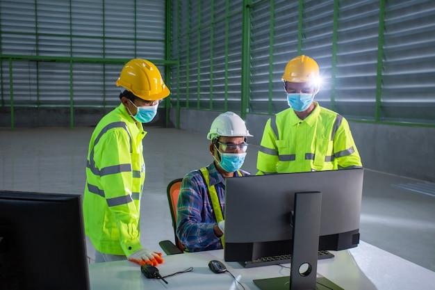 Ingegnere supervisore asiatico consultare i magazzinieri