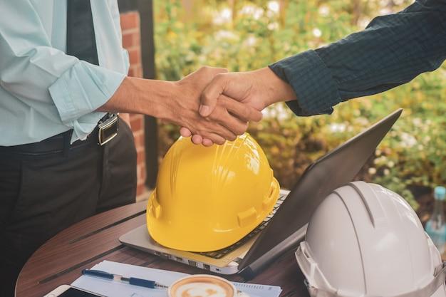 Ingegneri che fanno la stretta di mano sul lavoro