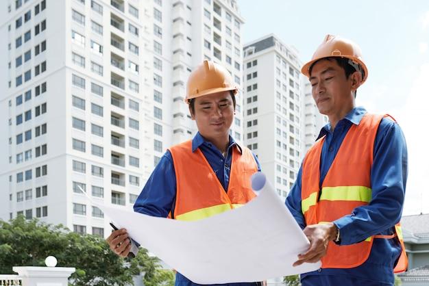 Ingegneri che pianificano lavori all'esterno