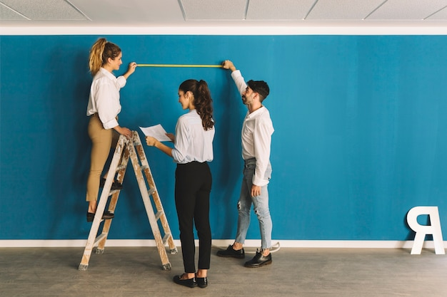 Ingegneri davanti alla parete blu