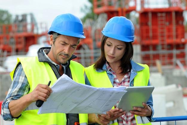 Ingegneri sul progetto di controllo del cantiere