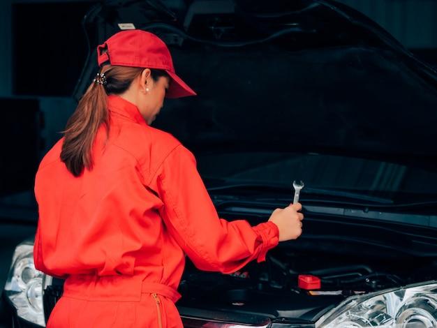 Ingegneria asiatica donna fissaggio auto.