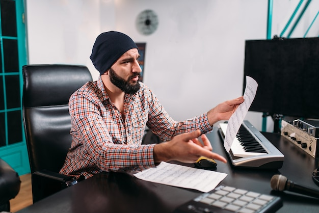 Ingegneria audio, l'uomo lavora con la tastiera musicale