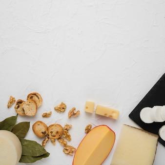 Ingrediente gustoso colazione biologica nella parte inferiore del contesto bianco