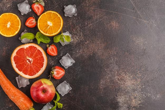 Ingrediente per frullati o succhi: frutta, verdura, frutti di bosco. vista dall'alto, sfondo scuro.
