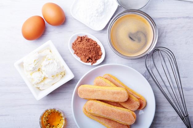 Ingrediente per il dolce tiramisù fatto in casa in primo piano. vista dall'alto.